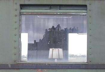 Fenster eines Salonwagens mit Zugluftschutzscheibe